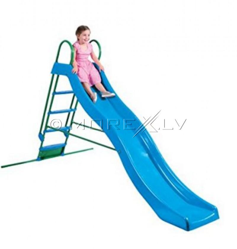 Banguota čiuožykla su metaliniais laiptais su vandens pajungimu
